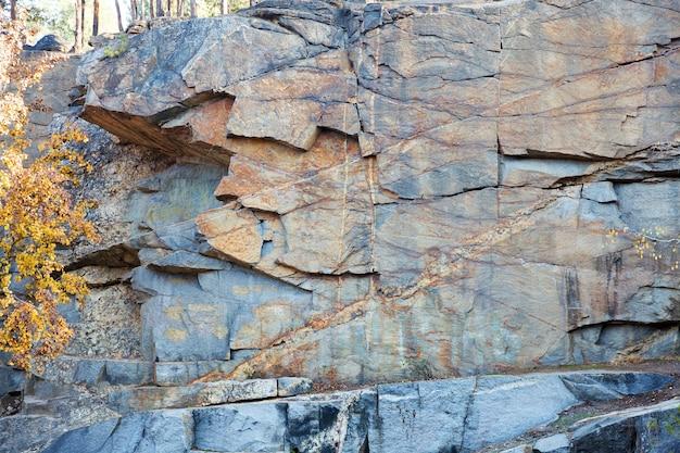 Fragment des murs en pierre naturelle fissurés et ébréchés