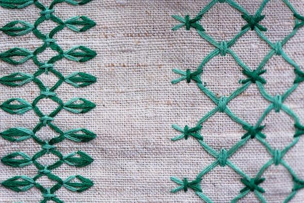 Fragment d'ornement brodé sur une serviette en lin