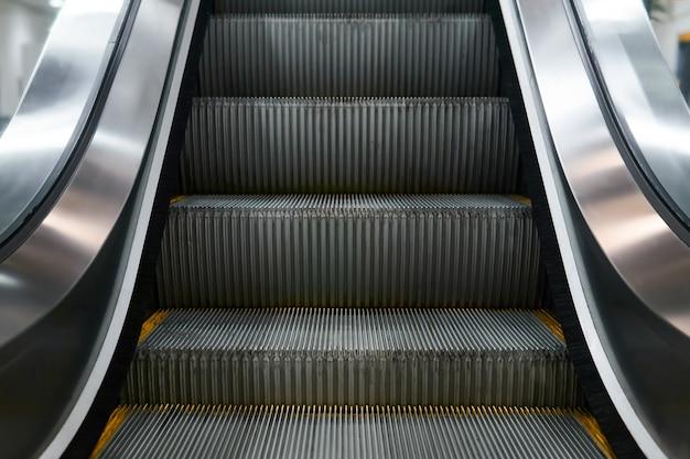 Fragment de la partie inférieure d'un escalator conventionnel