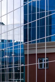 Fragment de paysage urbain de style high-tech de façades de bâtiments en verre et en métal