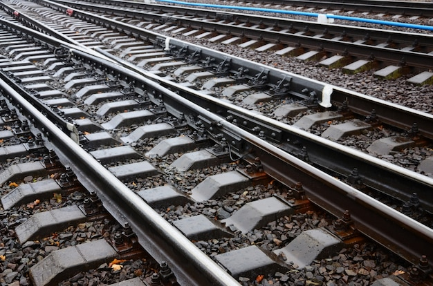 Fragment de photo de la voie ferrée par temps pluvieux