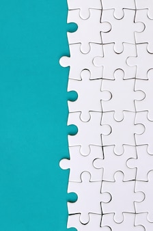 Fragment d'un puzzle blanc plié sur le fond