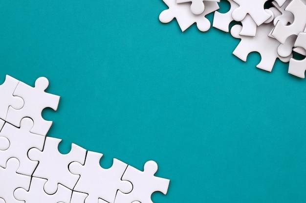 Fragment d'un puzzle blanc plié et d'un tas de non-peignés
