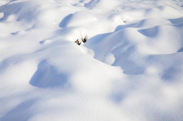 Fragment de la route recouvert d'une épaisse couche de neige