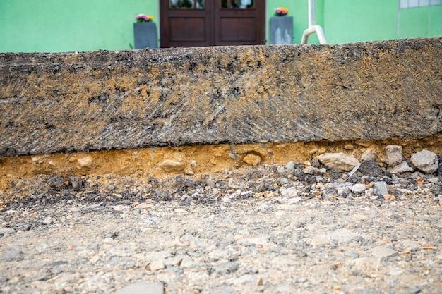Fragment d'une route en réparation avec une couche d'asphalte enlevée dans le district de prague en république tchèque
