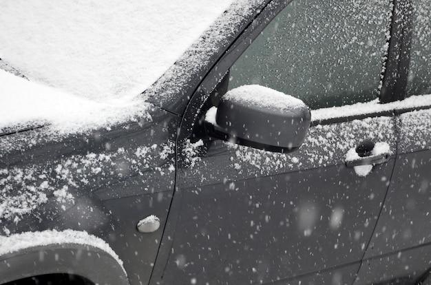 Fragment de la voiture sous une couche de neige après une forte chute de neige
