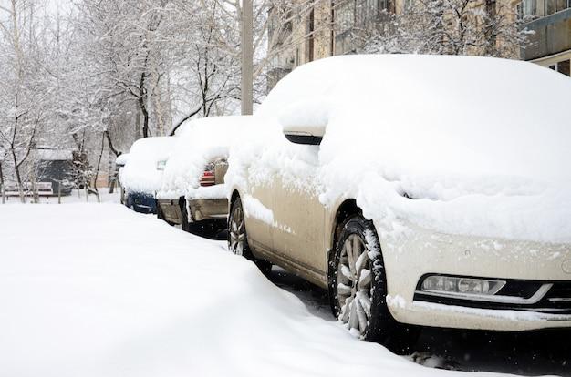 Fragment de la voiture sous une couche de neige après une forte chute de neige.