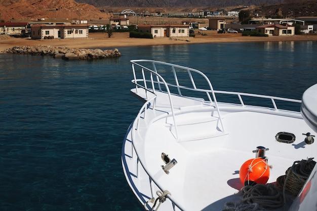 Fragment d'un yacht en mer