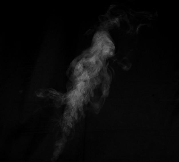 Fragments de fumée sur fond noir. abstrait, élément de conception, pour superposition sur les images.