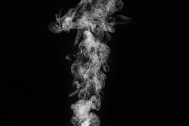 Fragments de fumée sur un mur noir.