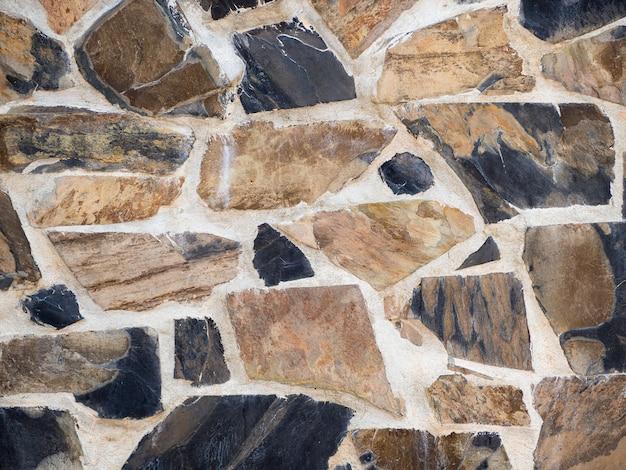 Fragments de pierre sur le mur