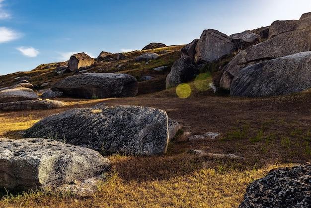 Fragments de roche sur le versant de la montagne