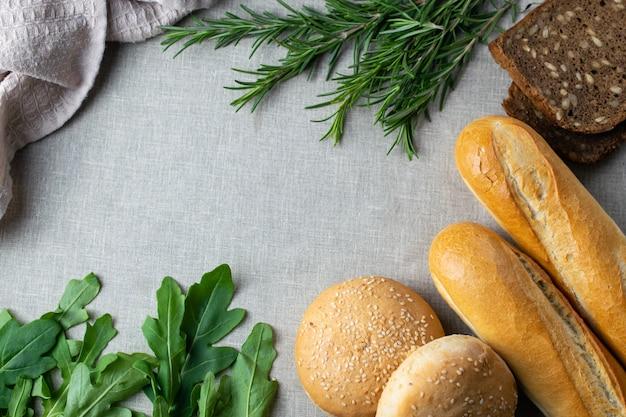 Fraîchement cuit du pain, des herbes et des légumes verts sur une table