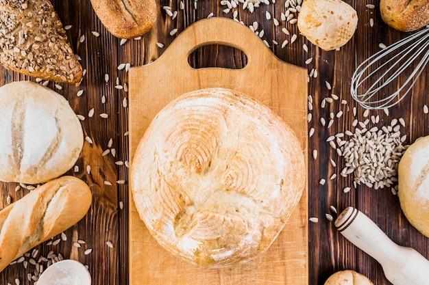 Fraîchement rond cuit sur planche à découper avec graines de tournesol