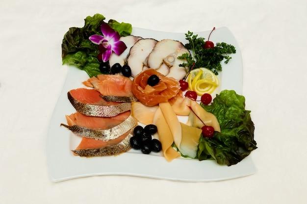 Fraîcheur salade de saumon poisson fumé cuisine rouge nourriture