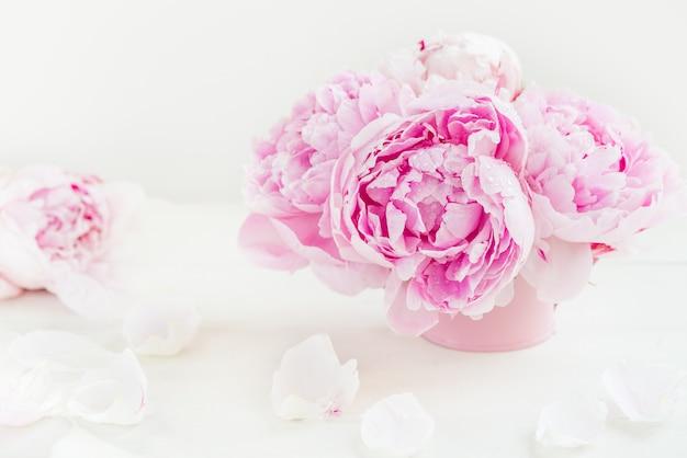 Frais bouquet de pivoines roses sur fond clair
