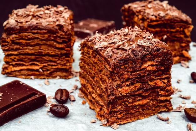 Frais gâteau au chocolat savoureux.