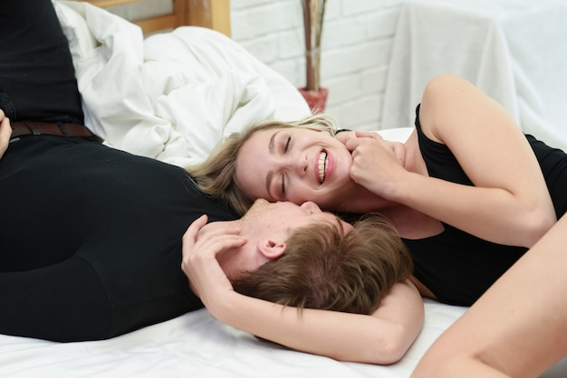 Frais généraux, bouchent, portrait, de, a, jeune couple romantique, étreindre, et, s'embrasser