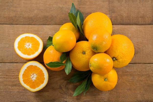 Frais généraux d'oranges sur table en bois