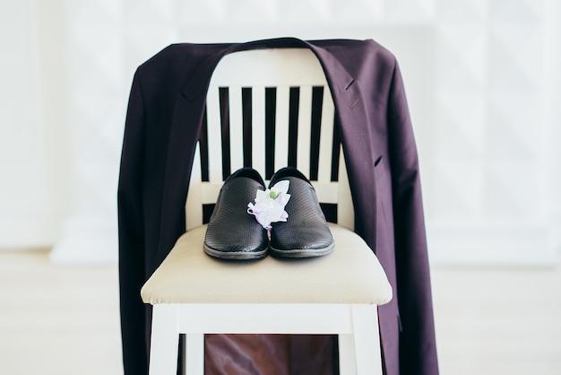 Frais d'honneur. veste un bouquet de chaussures. mariage vient de se marier. jeune matin de vacances en famille