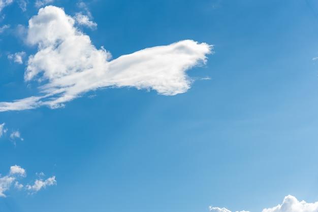 Frais nuages blancs colorés lumineux sur ciel bleu fond de belle nature