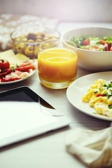 Frais petit-déjeuner. oeufs brouillés et jus.