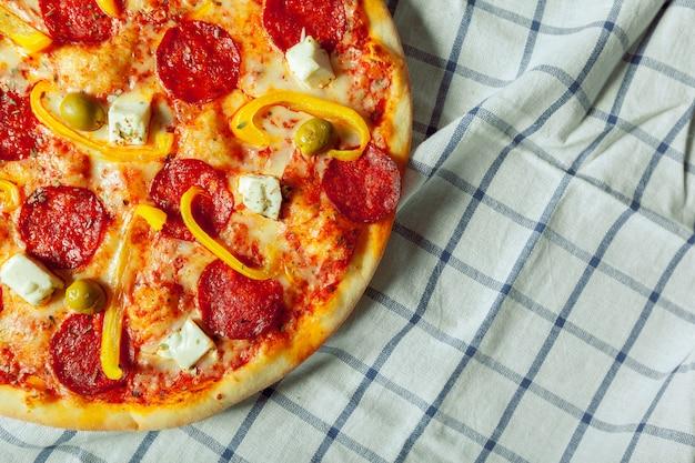 Frais pizza savoureuse sur bois