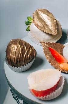 Fraise décorée de feuille de chocolat
