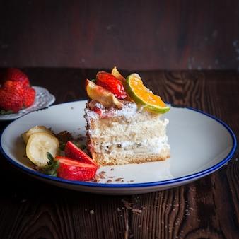 Fraise, gâteau aux fruits au chocolat en plaque sur table en bois
