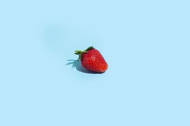 Une fraise rouge fraîche. vue de dessus, mise à plat