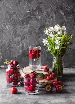 Fraises fraîches dans la boîte sur table vintage en bois, une alimentation saine, des fruits