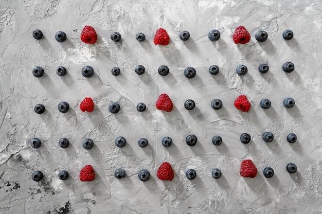Fraises fraîches sur mur abstrait grunge nourriture végétarienne biologique, assortiment d'épicerie, produits écologiques naturels, concept de mode de vie sain