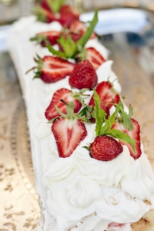 Fraises sur un gâteau à la crème blanche