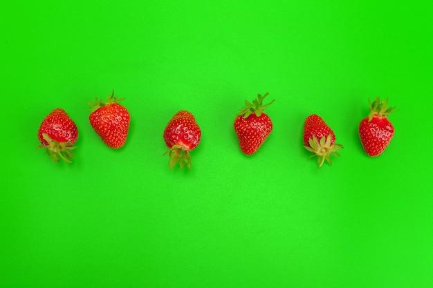 Fraises mûres sur fond vert clair une alimentation saine