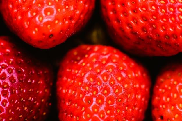 Fraises rouges très douces, fruits d'été