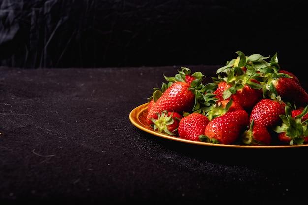 Fraises de saison fraîches. fraises juteuses et sucrées