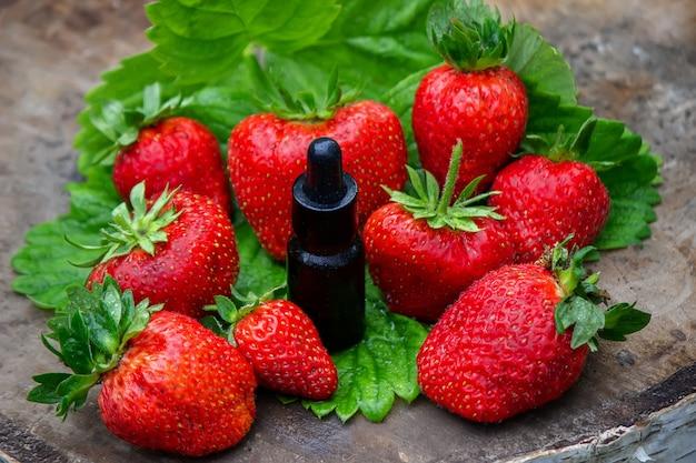 Les fraises sur une souche d'arbre et dans un bol sont respectueuses de l'environnement. mise au point sélective