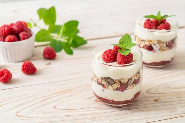 Framboise fraîche et yogourt avec granola - style d'alimentation saine