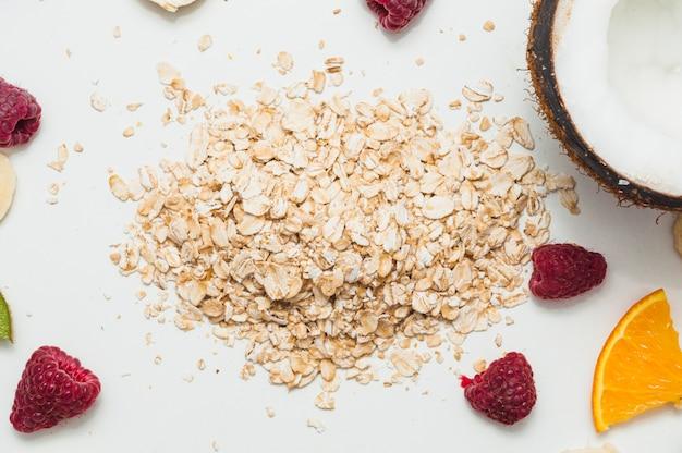 Framboise; noix de coco et avoine sur fond blanc