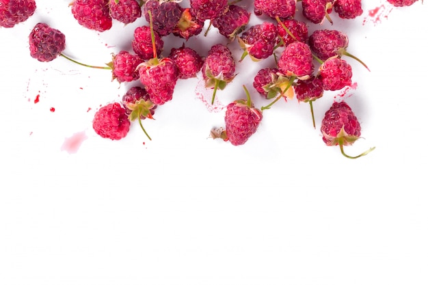 Framboises biologiques fraîches. vue de dessus. concept de récolte d'été et de baies. végétalien, végétarien, nourriture crue