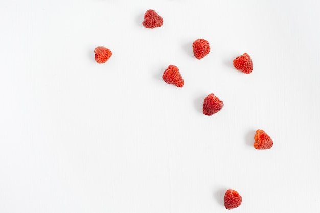 Framboises sur blanc. texture de concept de blog ou de magazine alimentaire.
