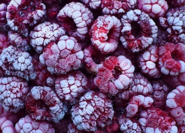 Framboises rouges surgelées recouvertes de givre