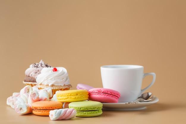 Français délicieux macarons dessert sur table