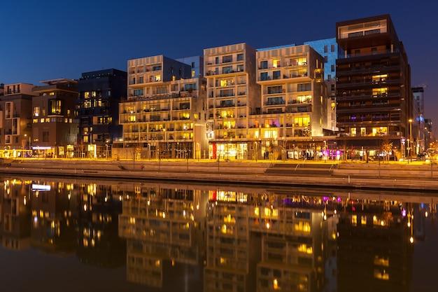 France, lyon - 19 février : le quartier de la confluence à lyon, france le 19 février 2013. nouveau quartier à l'architecture moderne à la place du vieux port. photo de nuit