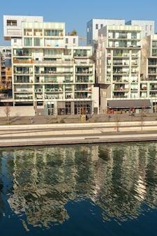 France, lyon - 19 février : le quartier de la confluence à lyon, france le 19 février 2013. nouveau quartier à l'architecture moderne à la place du vieux port