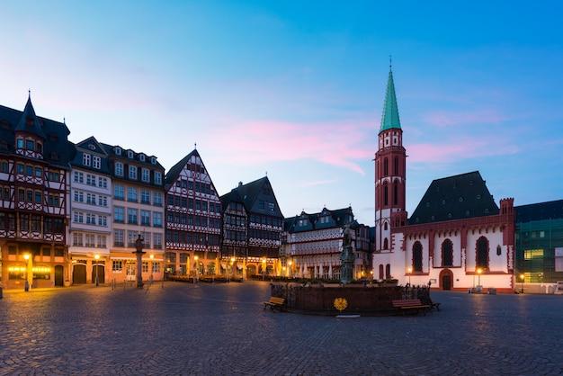 Francfort place de la vieille ville romerberg avec statue de justitia à francfort, en allemagne.