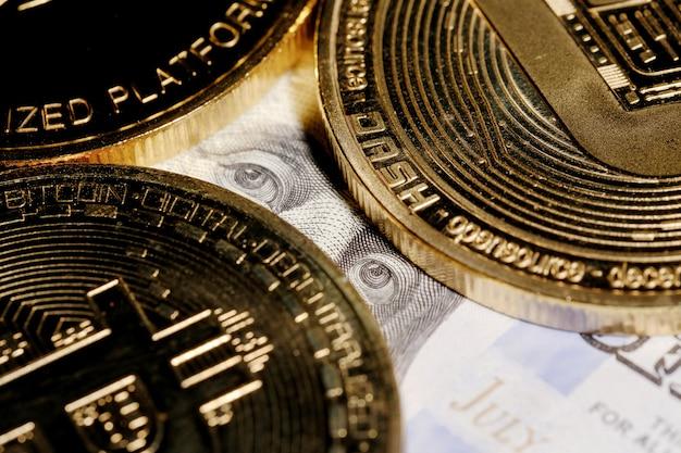 Franklin regarde le bitcoin. pièce avec logo bitcoin sur un billet de cent dollars
