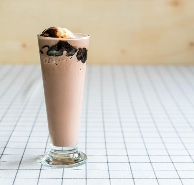 Frappe au chocolat avec de la glace à la vanille