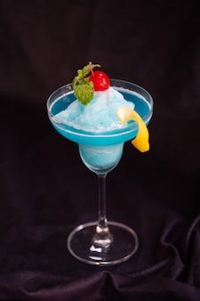 Frappe blue hawaii cool smoothie drink. fond noir
