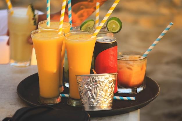 Frappe de jus d'orange avec des pailles en papier coloré au café